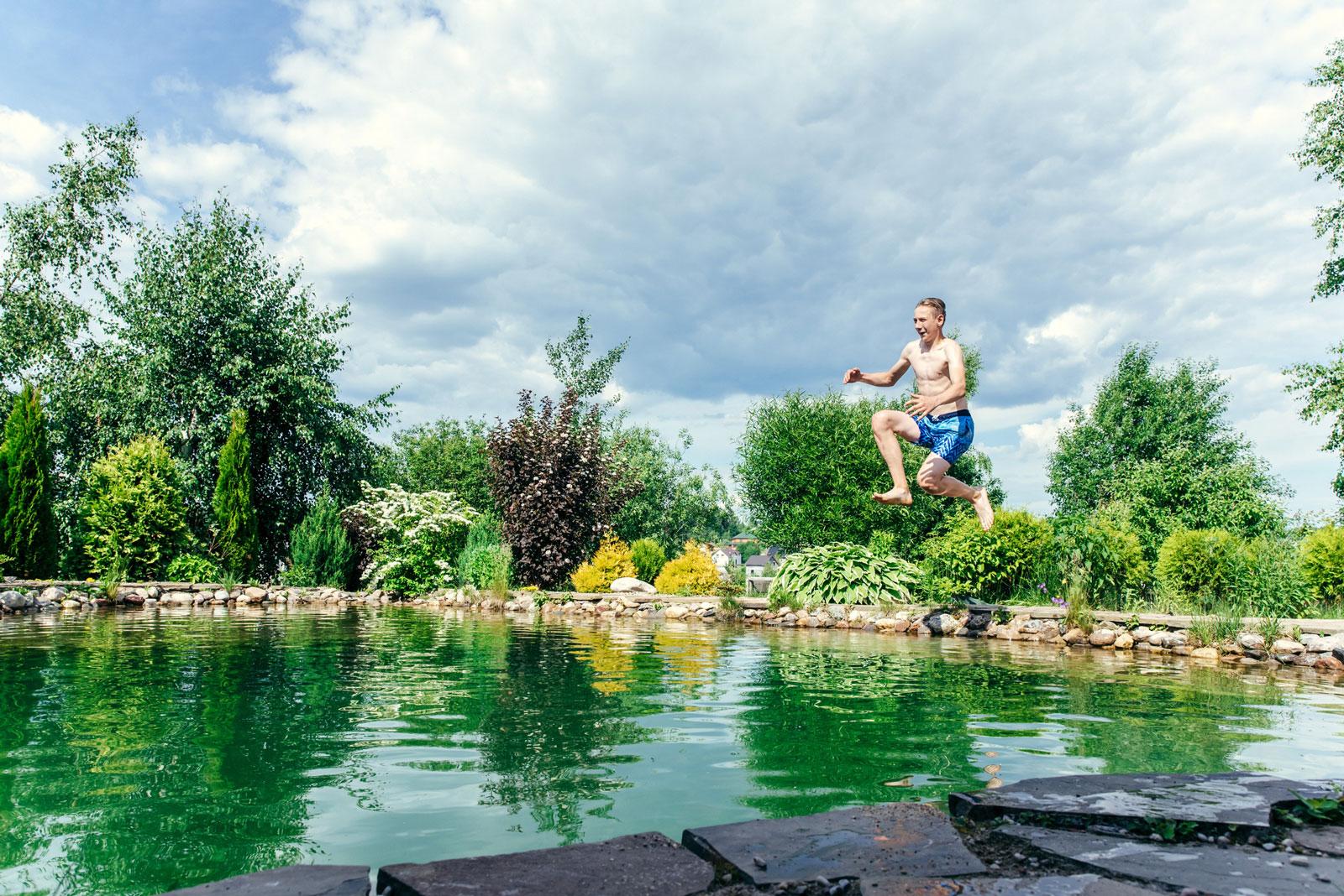 Für Naturliebhaber: Ein Schwimmteich ist die perfekte Mischung aus Swimmingpool und Gartenteich.