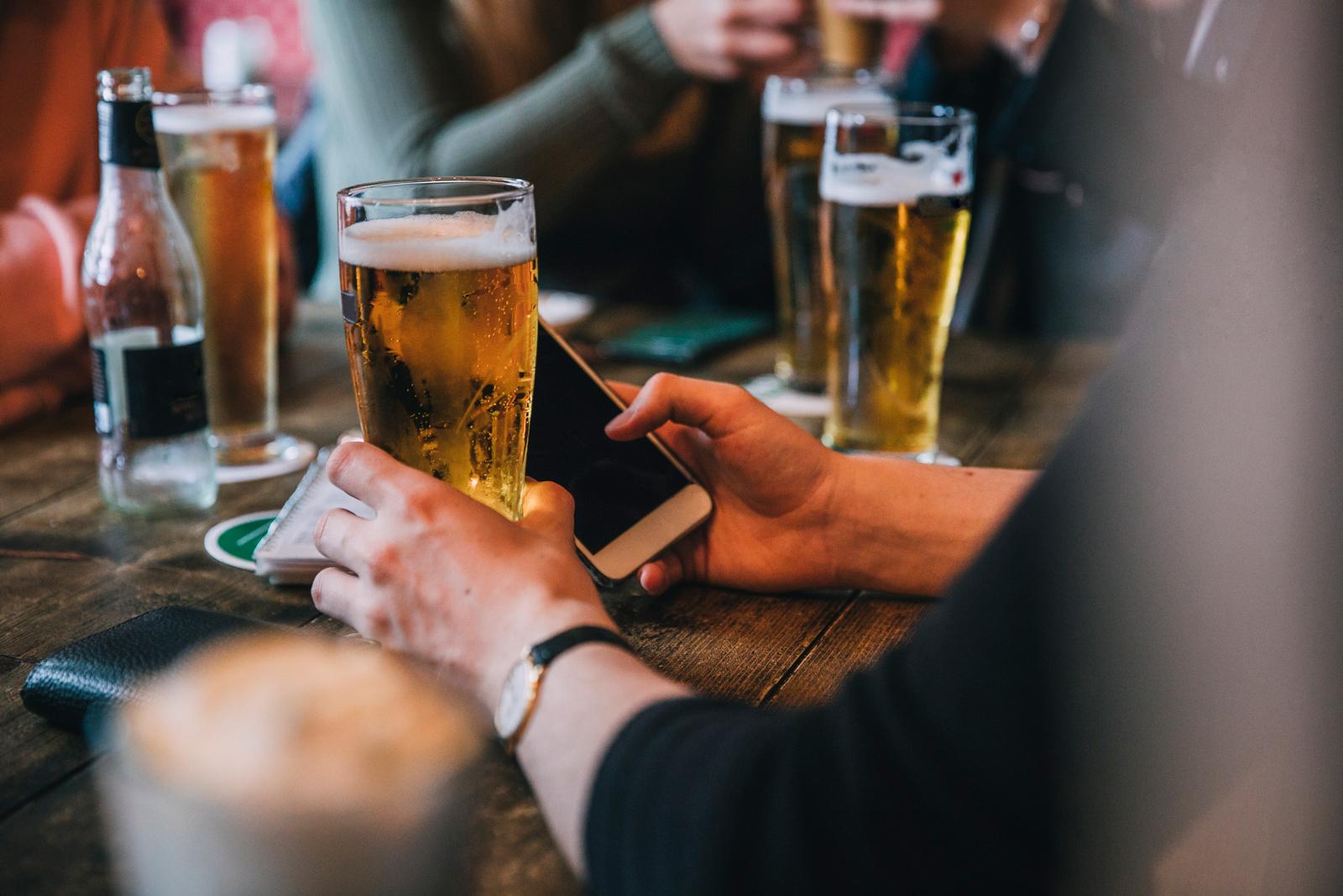 Null Promille: Nach dem Bier solltest du auch im Ausland nicht mehr Auto fahren.