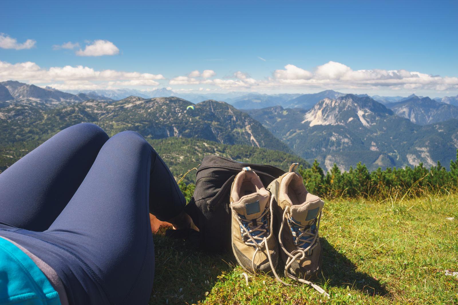 Frischluft für die Füße: Nutze die Pause, um deine Wanderschuhe zu lüften.