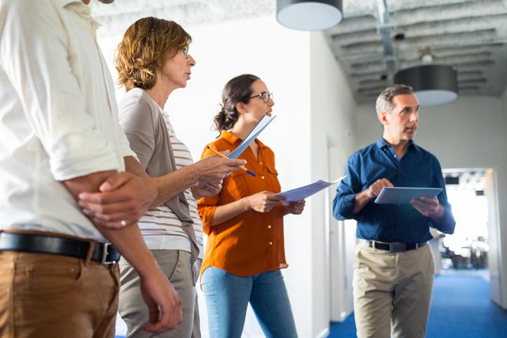 Agil und informiert: kurze Stand-up-Meetings statt langer Arbeitssitzungen im Konferenzraum.
