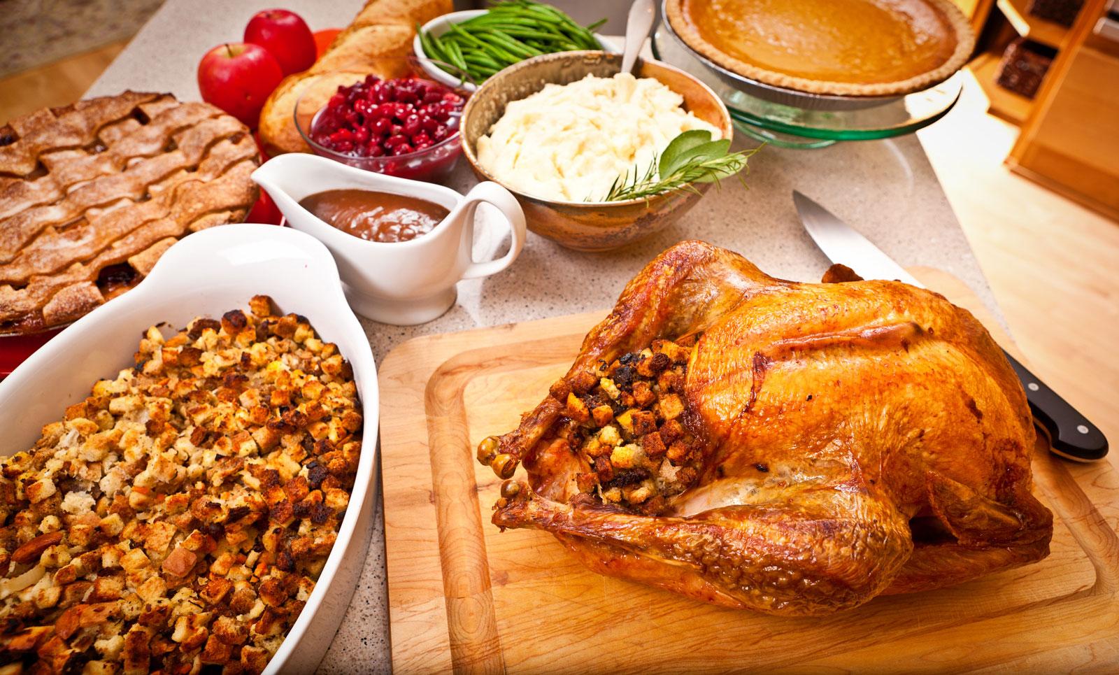 Amerikanisch: Gefüllter Truthahn mit Kartoffelbrei und Pie.