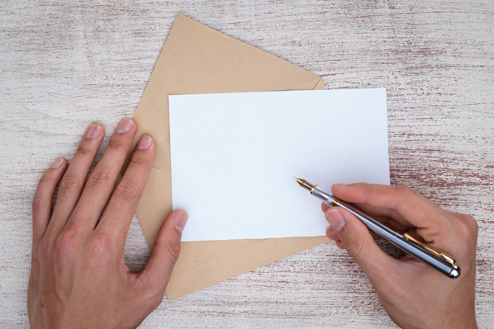 Gerade in Zeiten, in denen wir überwiegend tippen, gewinnt das Schreiben mit der Hand wieder an Bedeutung.