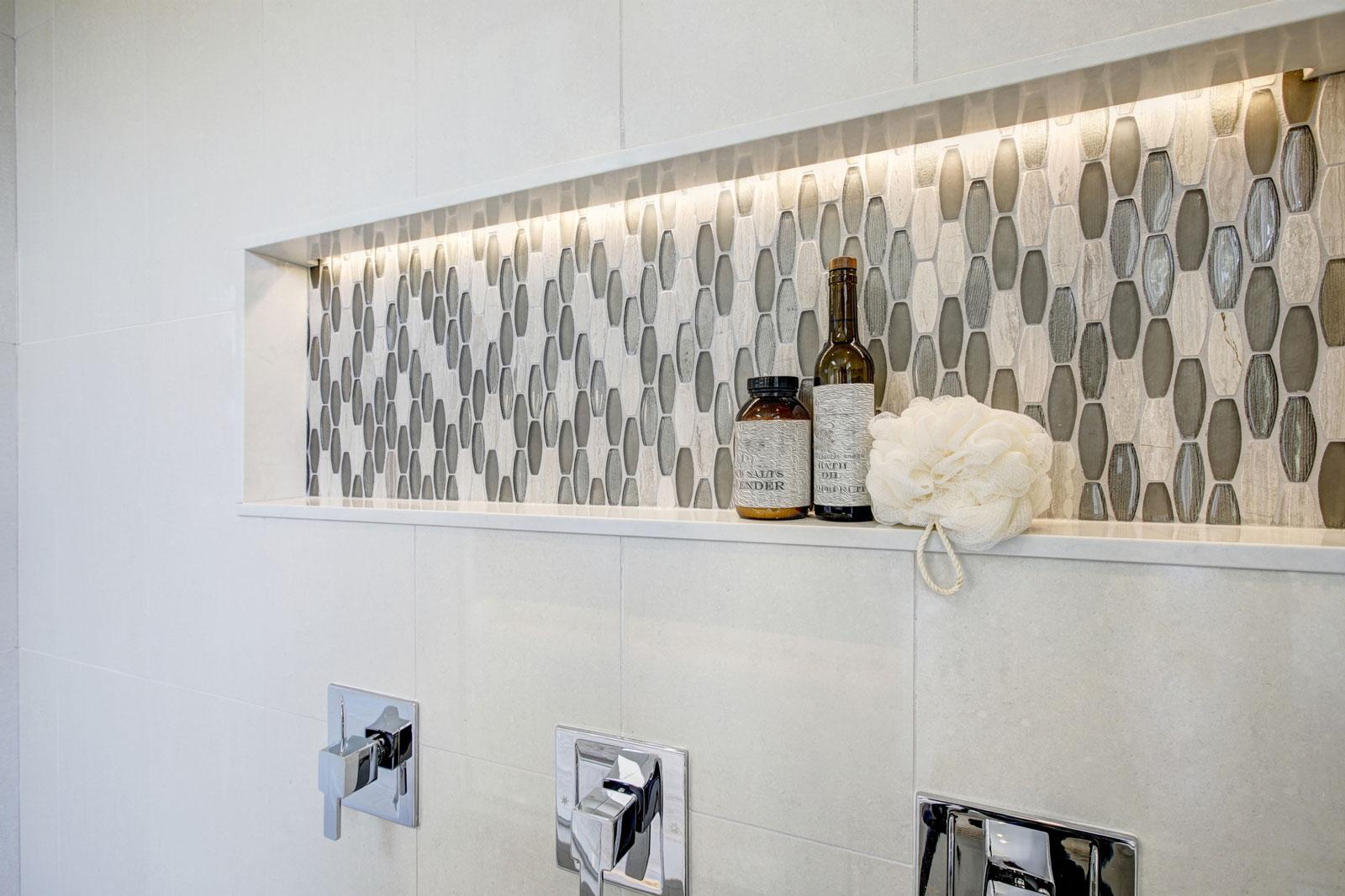 Eingebaute Ablage: Mit einer Nische wirkt die Dusche aufgeräumt.