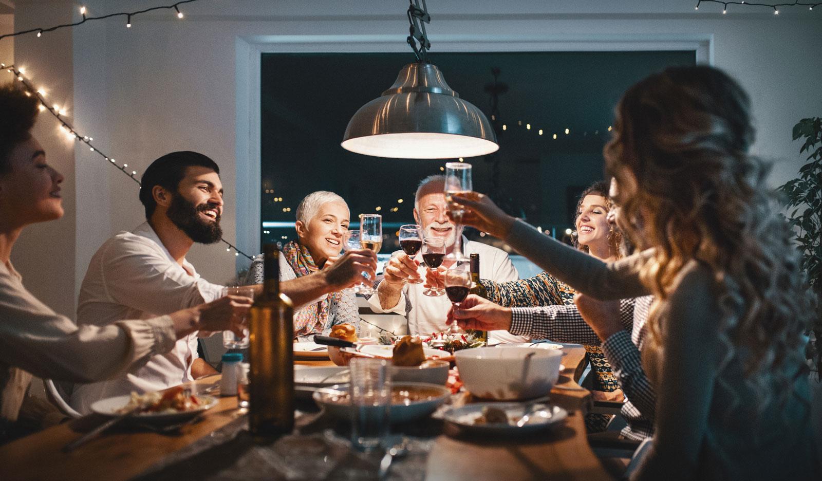 Abende mit Folgen: Nach Feiertagen zeigt die Waage häufig zusätzliche Pfunde an.