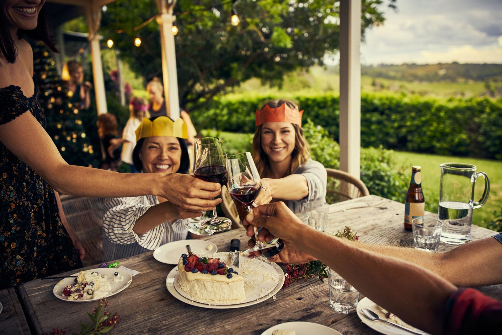 Feiern mit Freunden und Familie: An Weihnachten kommen auf der ganzen Welt Menschen zusammen. Bräuche und Speisen aber weichen je nach Region voneinander ab.