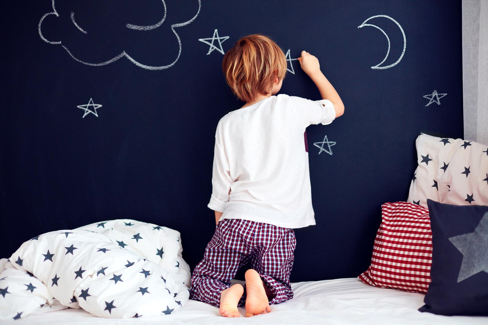 Mit Tafelkreide erzeugst du nicht nur Ruhe, sondern schaffst auch zusätzliche Fläche für mehr Kreativität.