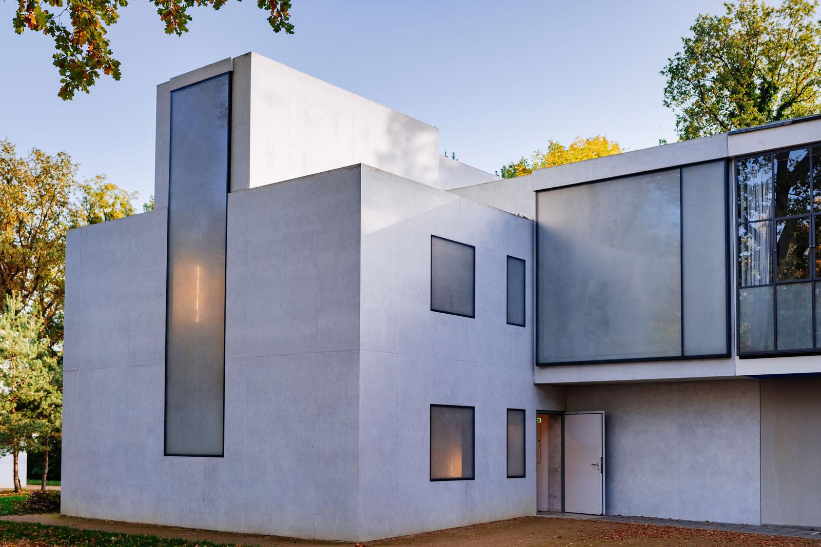 Stilvoll: Das Flachdach unterstreicht die geometrischen Formen der Bauhausarchitektur.