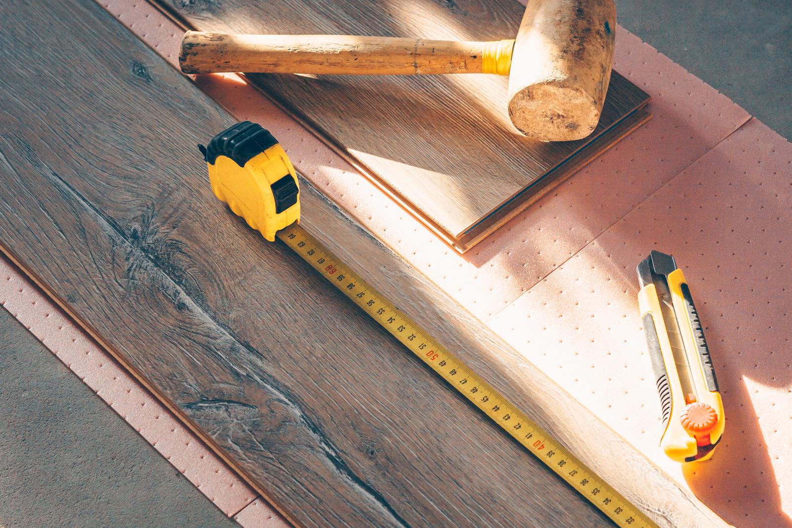 Hammer und Maßband braucht man für jedes Brett, das als Klickparkett verlegt werden soll.