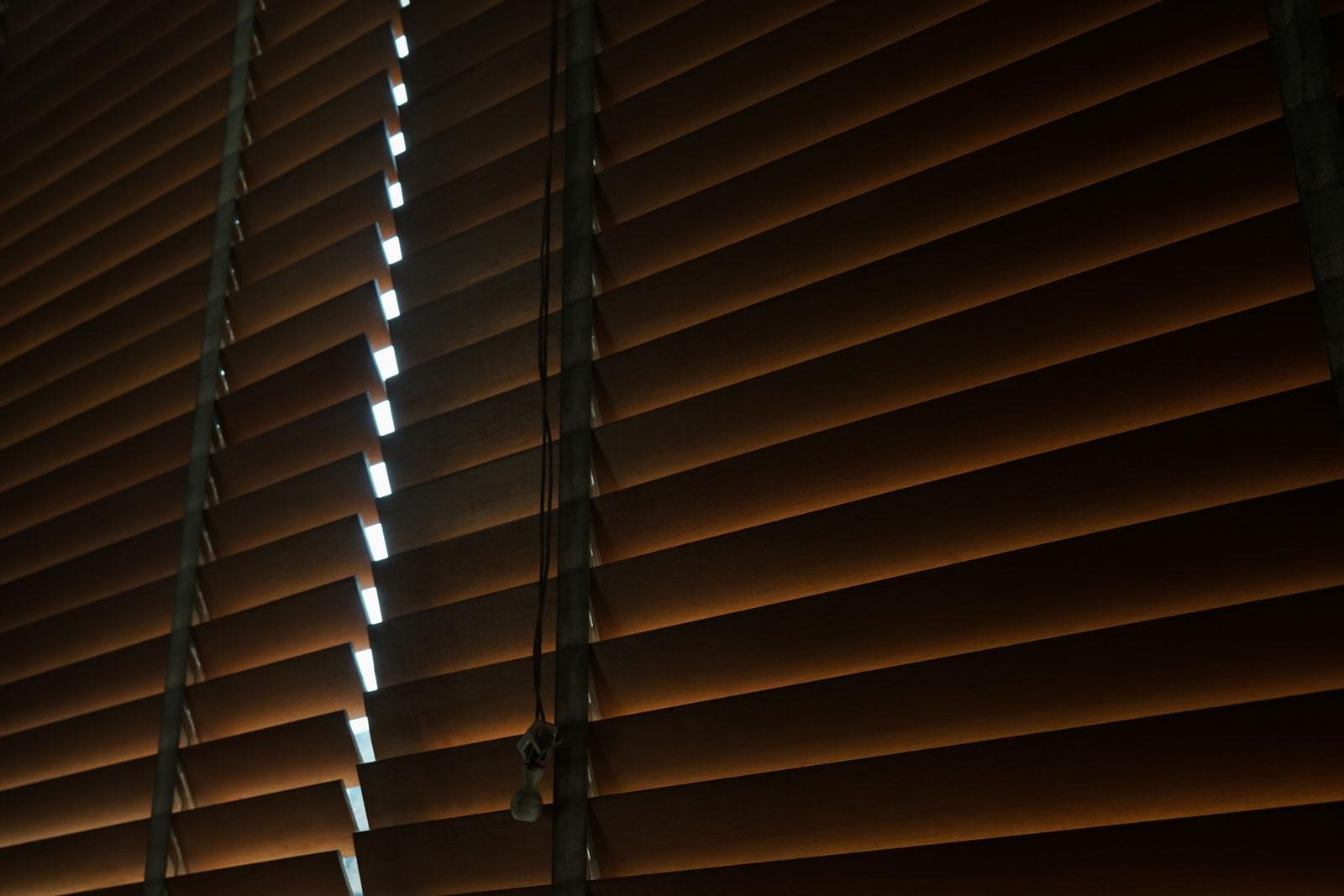 Das Licht entscheidet: Abgedunkelte Fenster verhelfen dir zu einer ruhigeren Nacht.