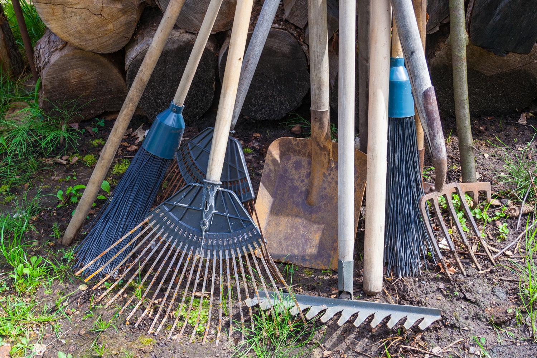 Wenn Gartengeräte offen herumliegen, sind sie eine Gefahrenquelle.