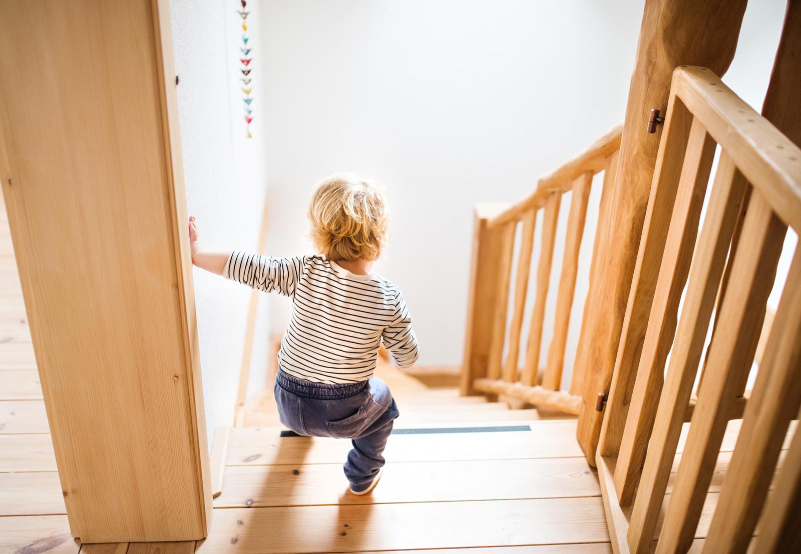 Sturzgefahr: Solange Kinder noch wackelig auf den Beinen sind, sollten sie steile Treppen nie allein hinuntergehen.