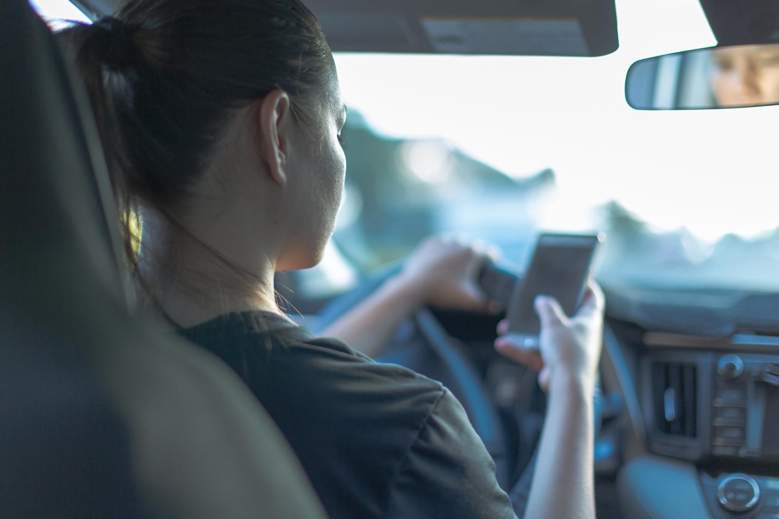 Fokus auf den Verkehr: Wer beim Autofahren zum Handy greift, riskiert hohe Strafen.