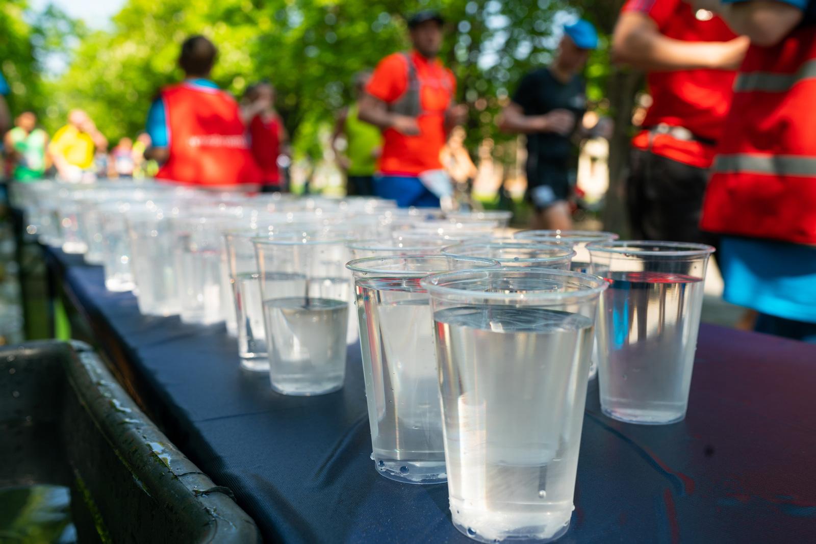 Empfehlung: alle 15 bis 20 Minuten mindestens einen Becher Wasser
