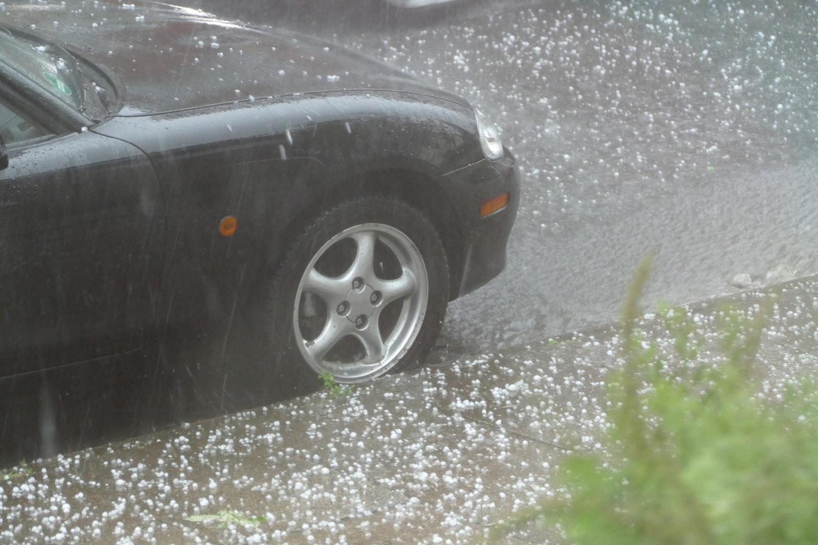 Unwetterschäden: Nur wer rechtzeitig vor starkem Hagel gewarnt wird, kann sein Auto vor den Eiskugeln schützen.