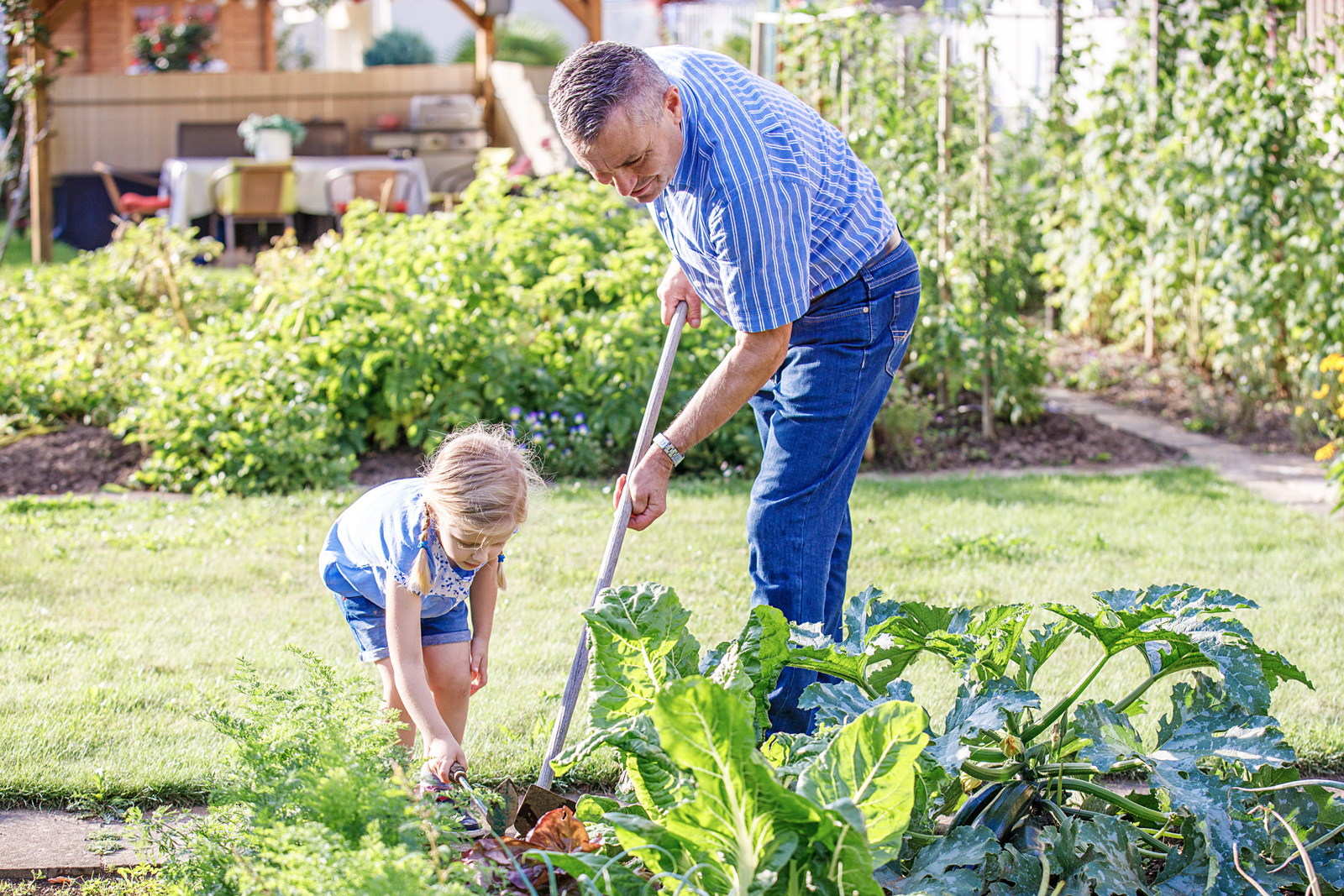 Gartenschule daheim: Bei der Gartenarbeit lernen Kinder viel über die Natur und unsere Lebensmittel.