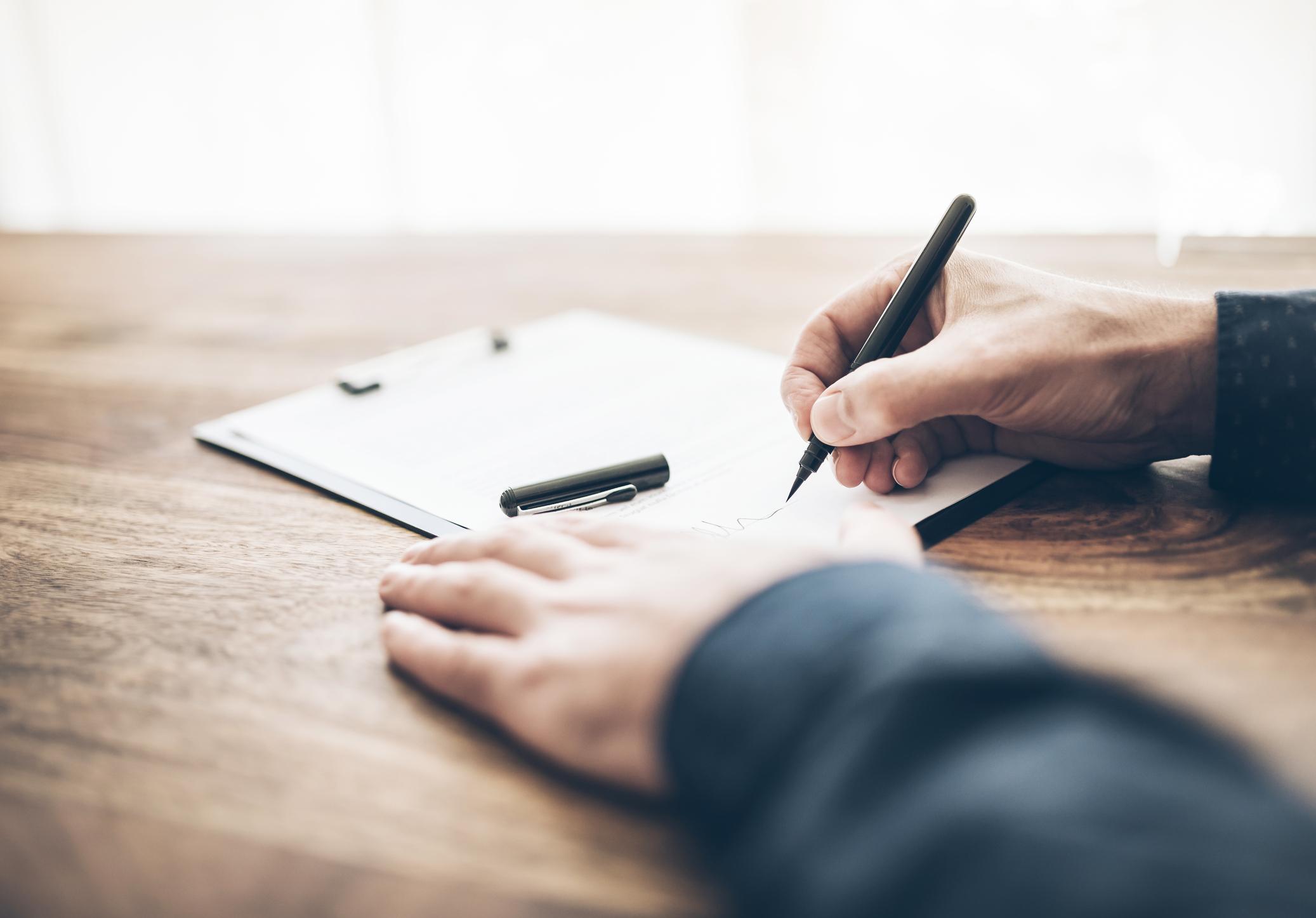 Per Hand: Setzt du das Testament selbst auf, solltest du es eigenhändig und handschriftlich niederschreiben. Andernfalls kann es anfechtbar sein.
