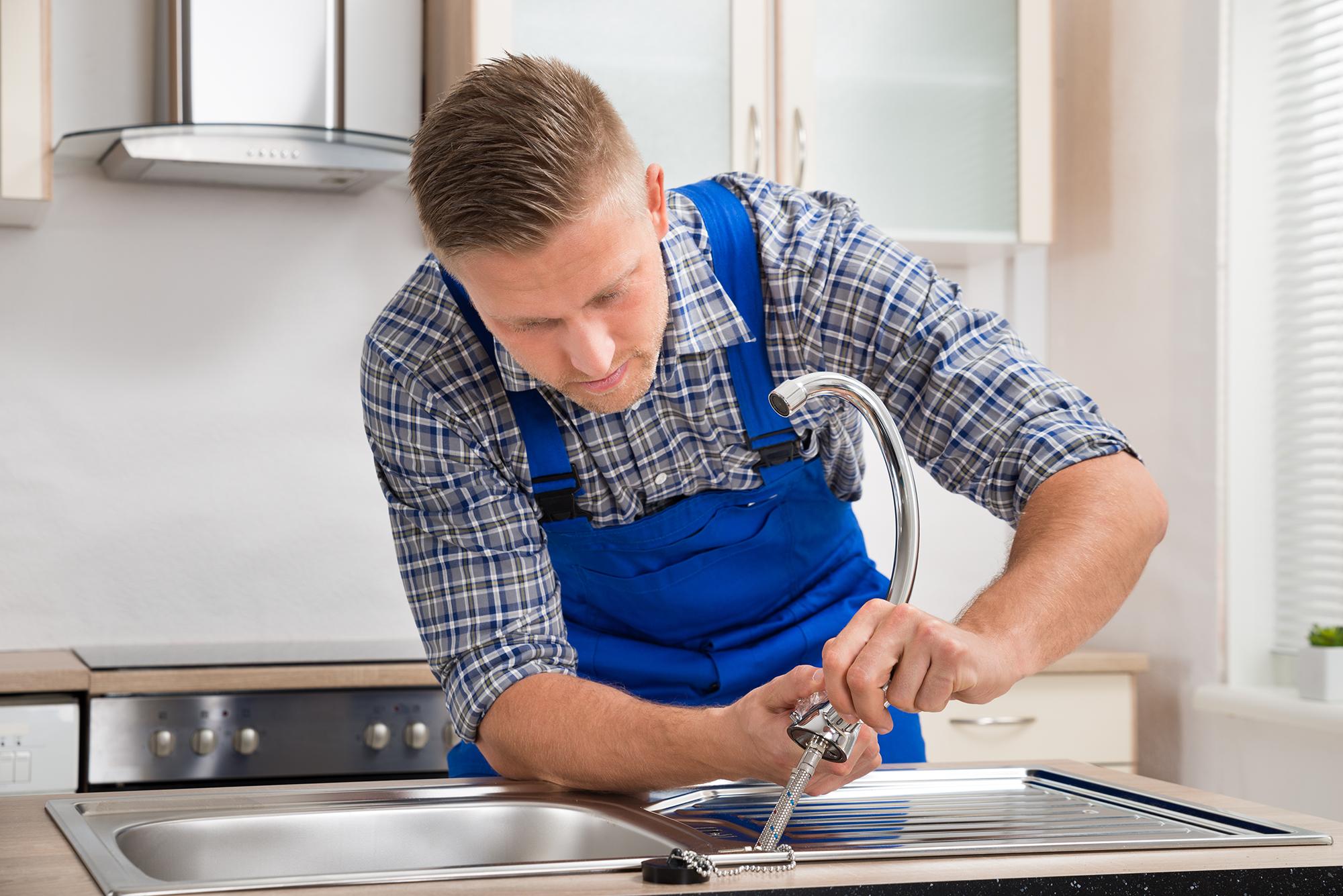 So montieren Sie Ihre Küchenarmatur selbst | Wüstenrot Mein Leben