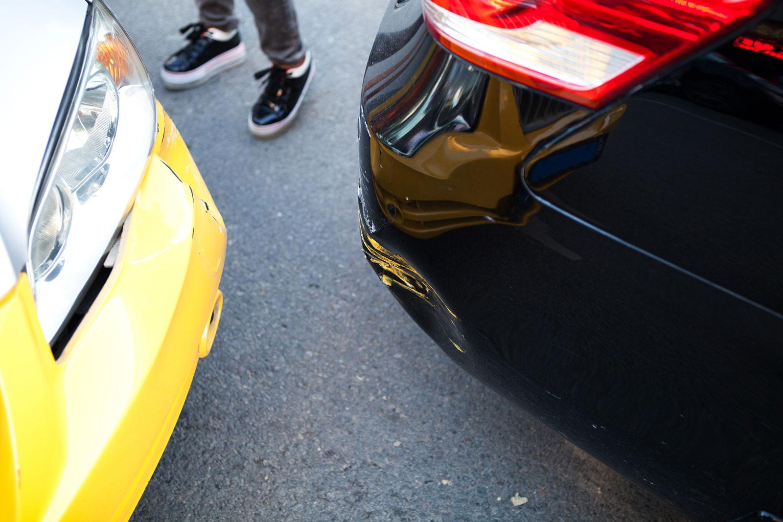 Zettel reicht nicht: Hast du ein parkendes Auto beschädigt, warte auf den Fahrzeugführer oder rufe die Polizei.