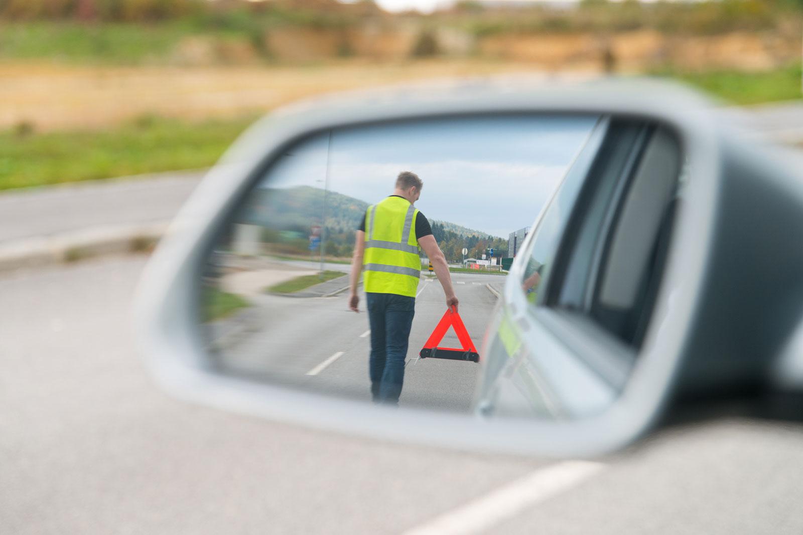 Warndreieck und Sicherheitsweste: So sicherst du die Unfallstelle.