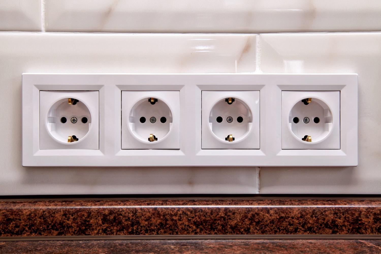 Lieber zu viel als zu wenig: Plane vor allem in der Küche ausreichend Steckdosen ein.