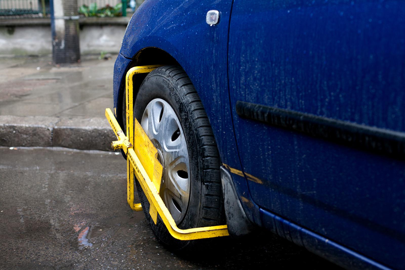 Für Langzeitparker: das Auto mit Parkkralle schützen.