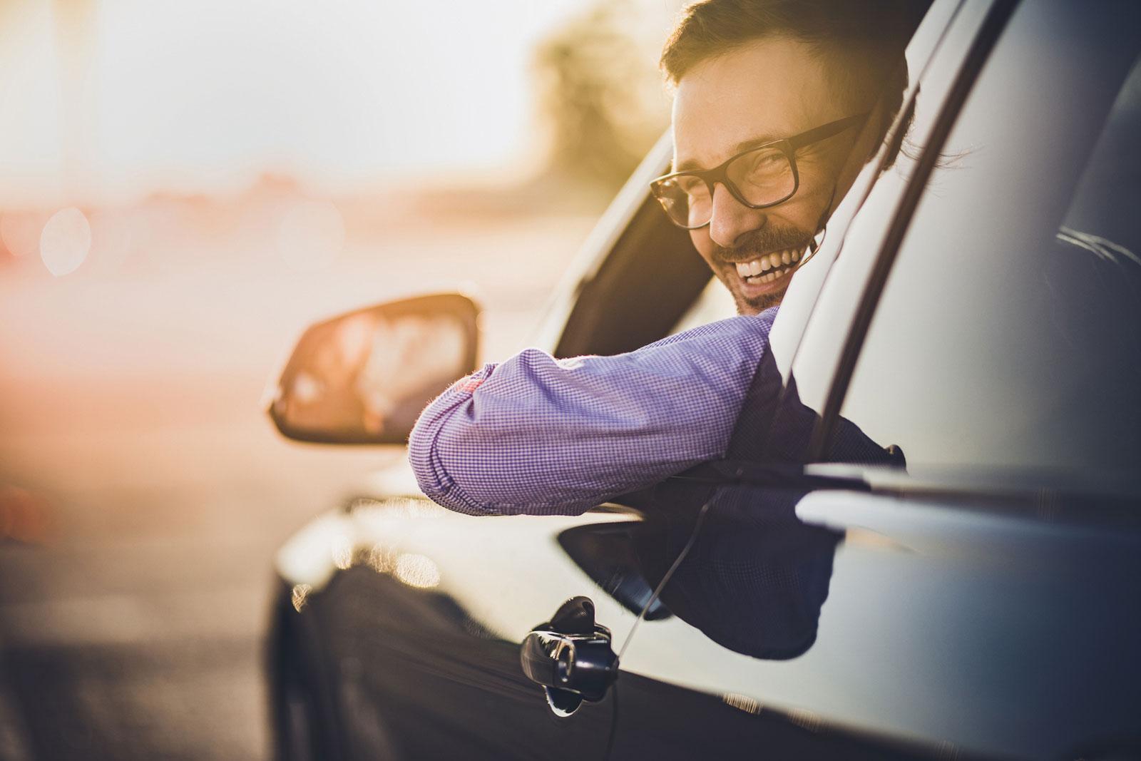 Beim Fahren keine gute Idee: Mit nur einer Hand am Lenker sind Ausweichmanöver schwierig.