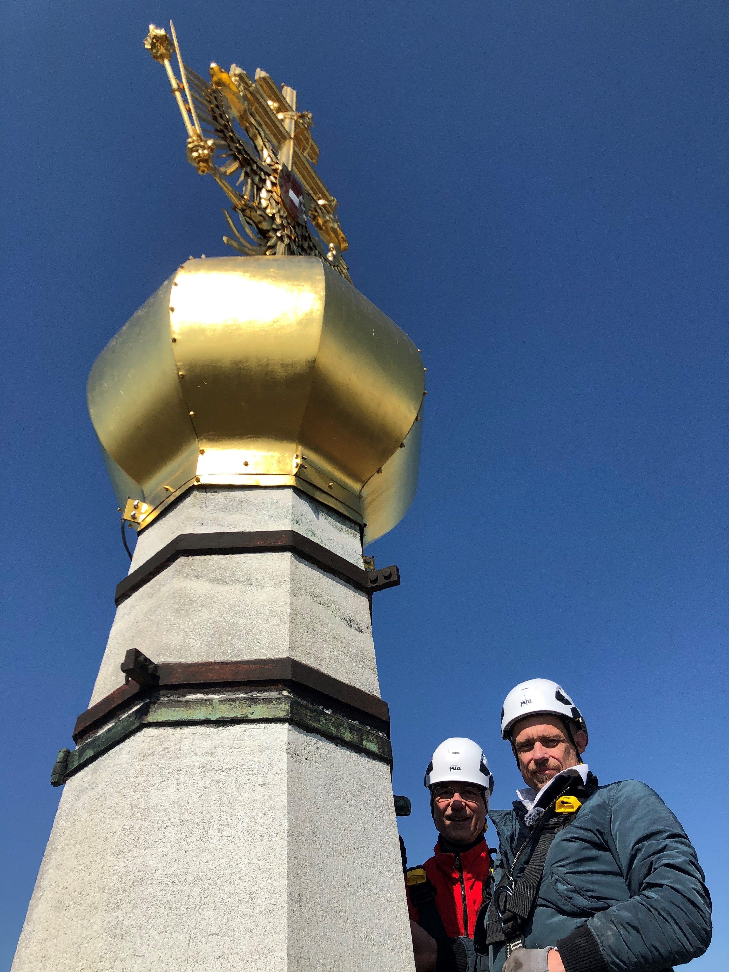 Waghalsige Turmbesteigung von Gery Keszler mit Dompfarrer Toni Faber zum goldenen Knauf, der als Symbol der Veranstaltung gilt.