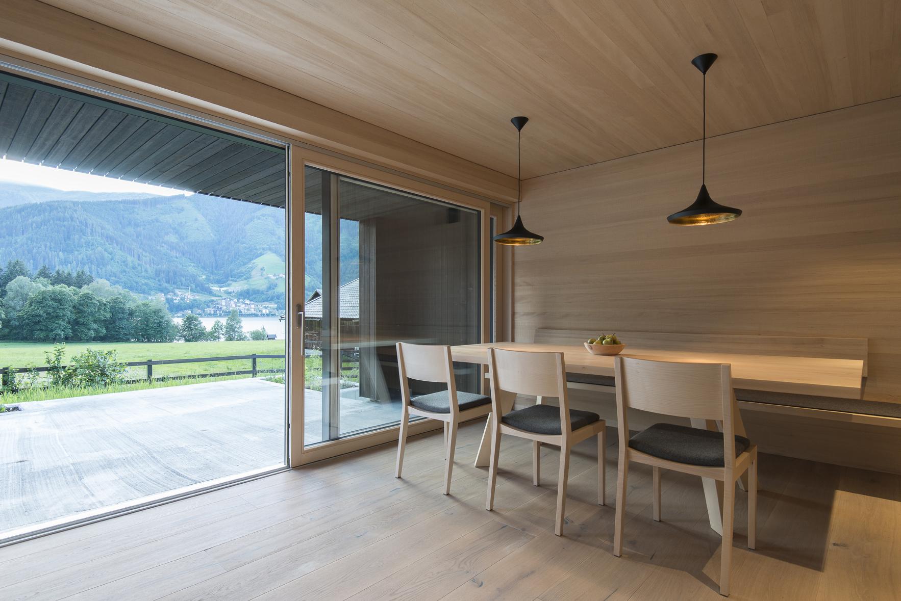 Modern und nachhaltig: Das Einfamilienhaus in Thumersbach öffnet sich zum Zeller See.