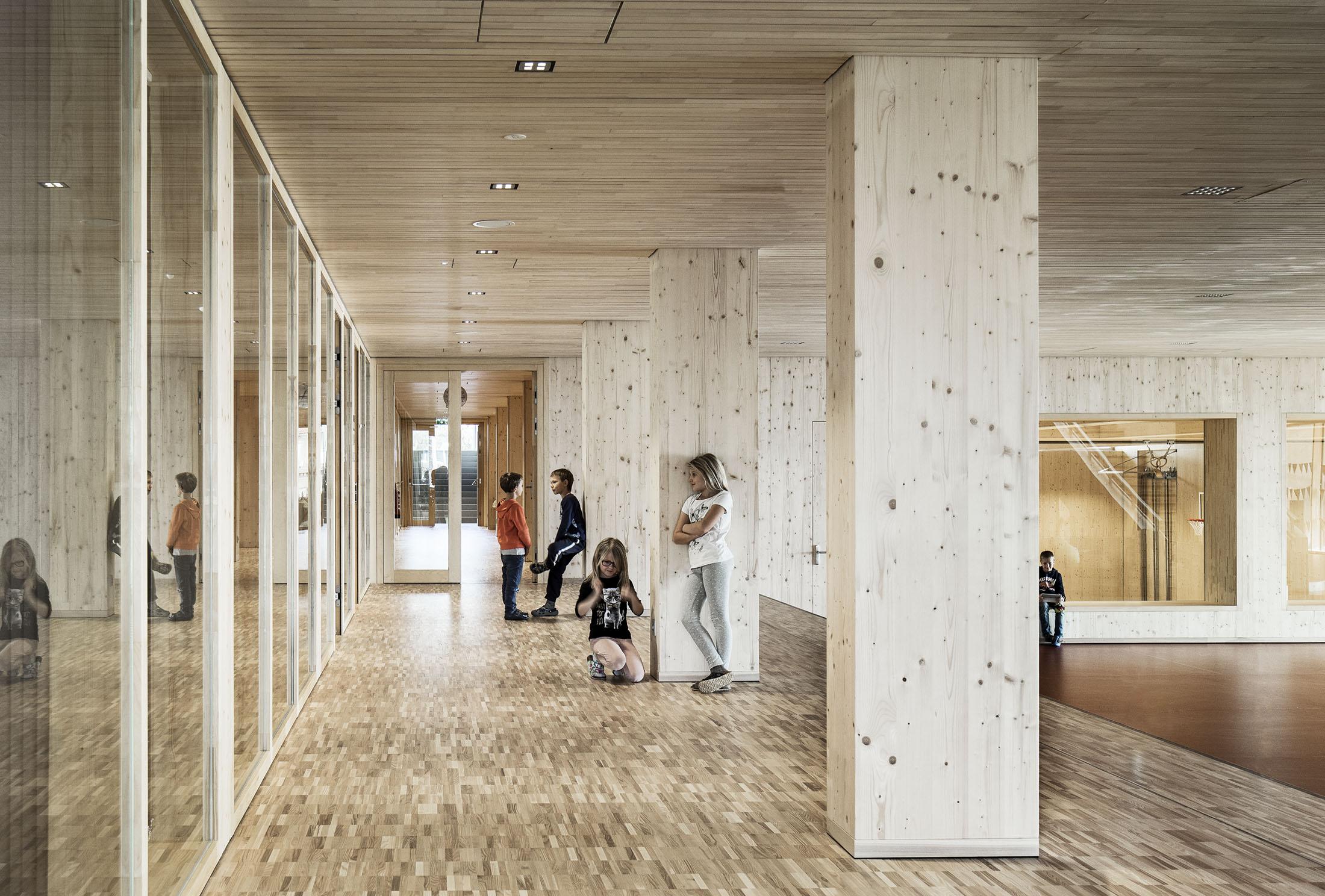 Wohlfühlort: In Hallwang hat LP architektur eine Schule überwiegend aus Holz konzipiert.
