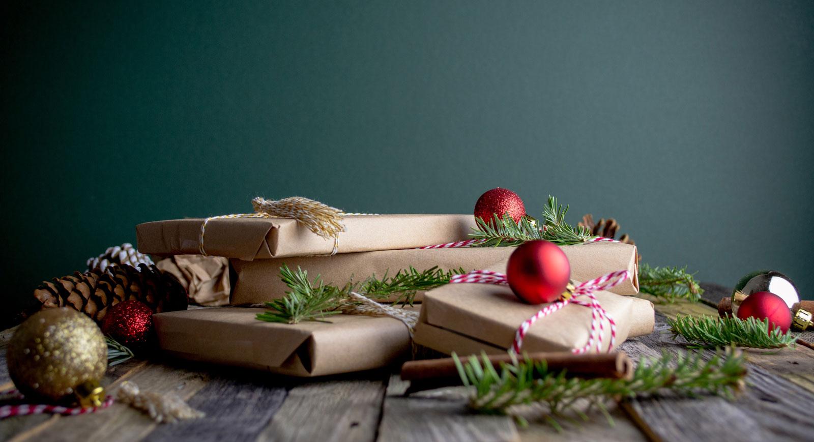 Nachhaltige Geschenkverpackung mit Recyclingpapier und Schnur