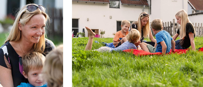 Entspannt: Vierfach-Mutter Katharina Herbert mit den Drillingen und ihrer ältesten Tochter Stefanie