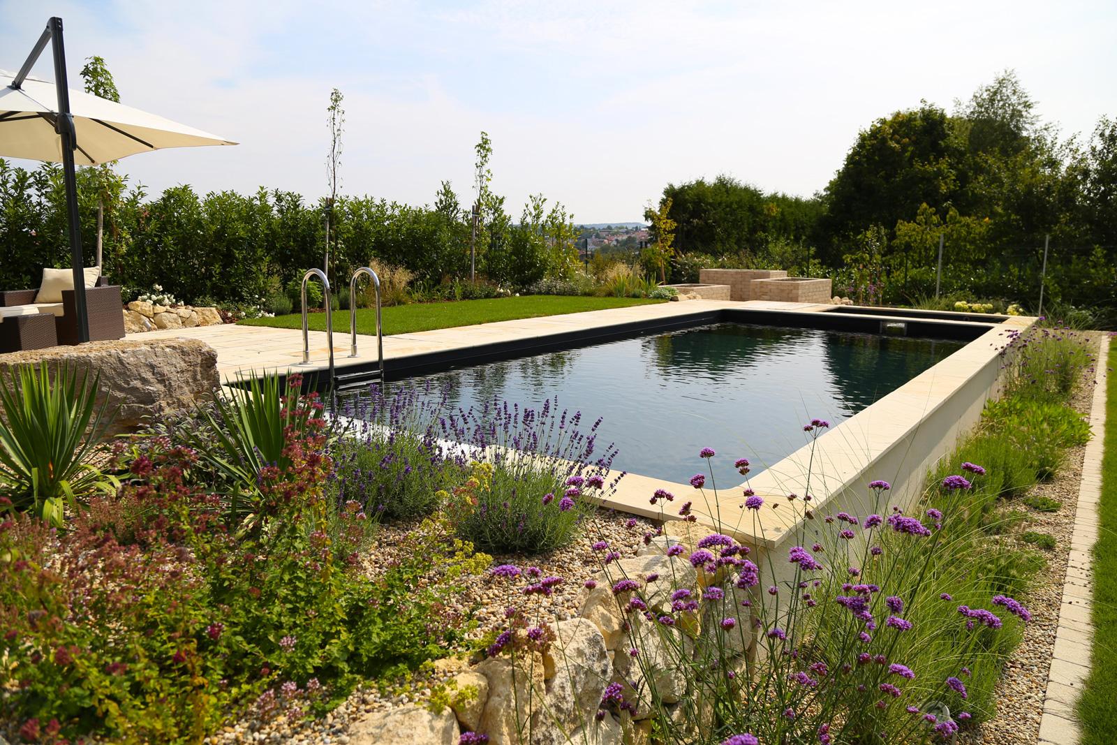 Ein Naturpool reinigt Wasser ohne Pflanzen im Becken.