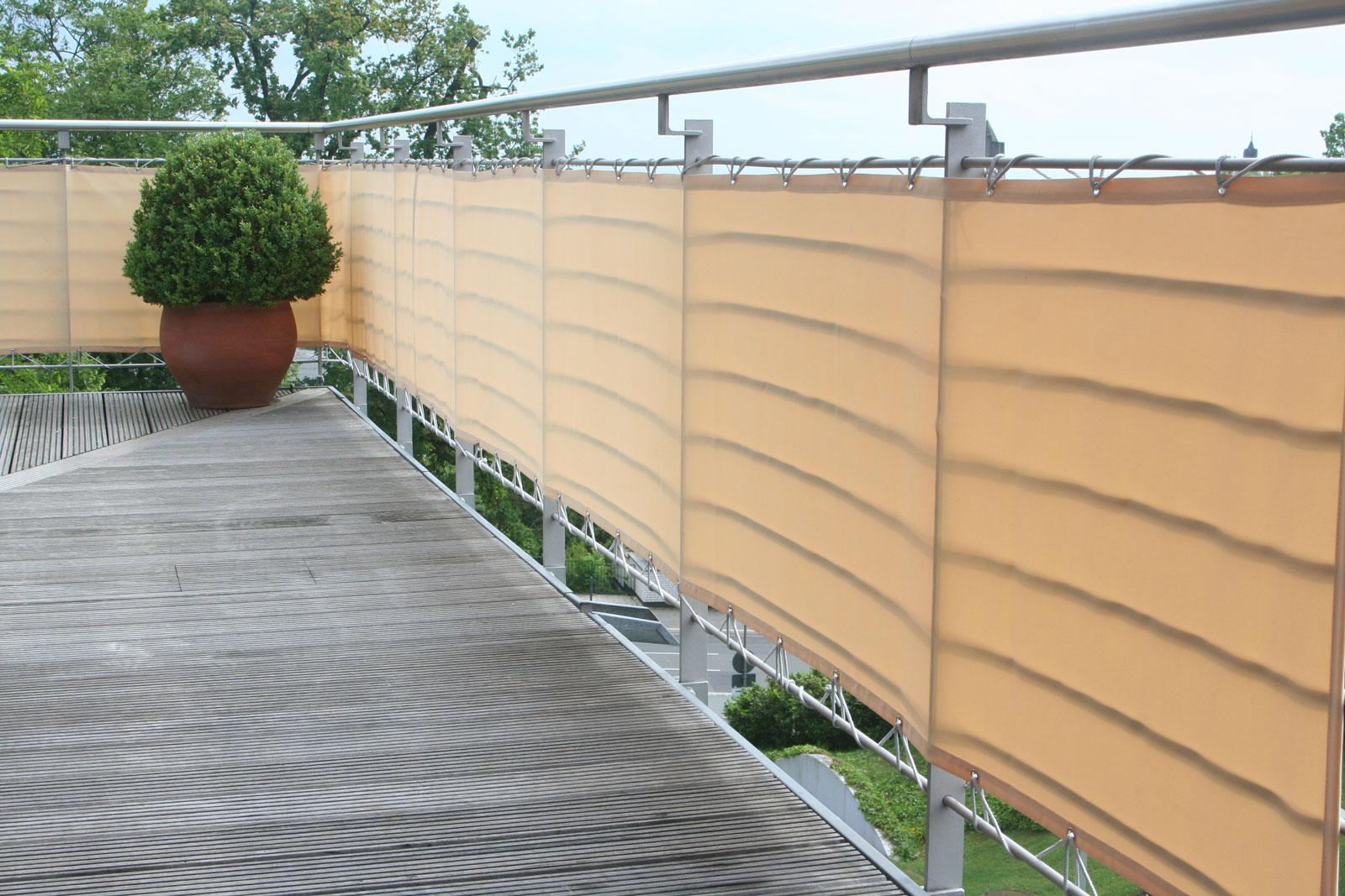 Diese Balkonverkleidung aus schwerem Polyesterstoff ist waschbar.