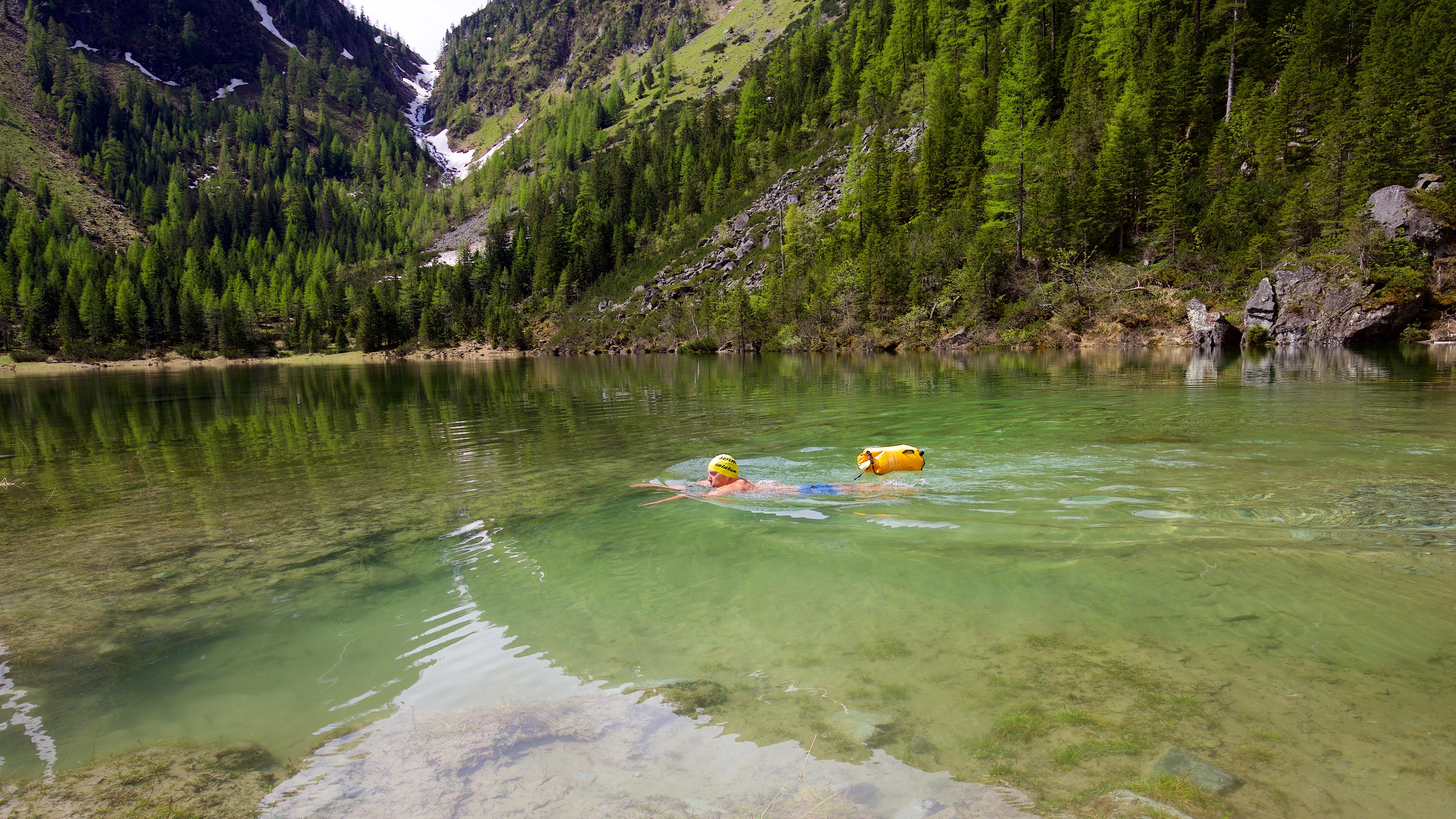 Nicht nur für Anfänger wichtig: Freischwimmer sollten aus Sicherheitsgründen stets eine Schwimmboie dabei haben, um sich im Notfall und bei starken Strömungen daran festzuhalten.