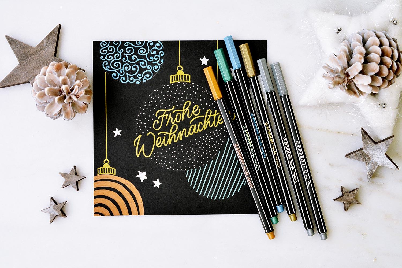 Eine Anleitung für eine selbstgemachte Weihnachtskarte im Metallic-Look findest du auf dem Blog PapierLiebe.