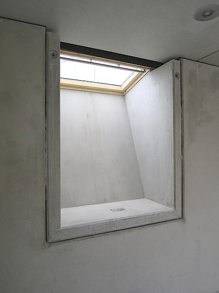 Taghell: Durch die besondere Form des Lichtfluters von Knecht fällt das Licht bis zum Boden des Kellerraums.