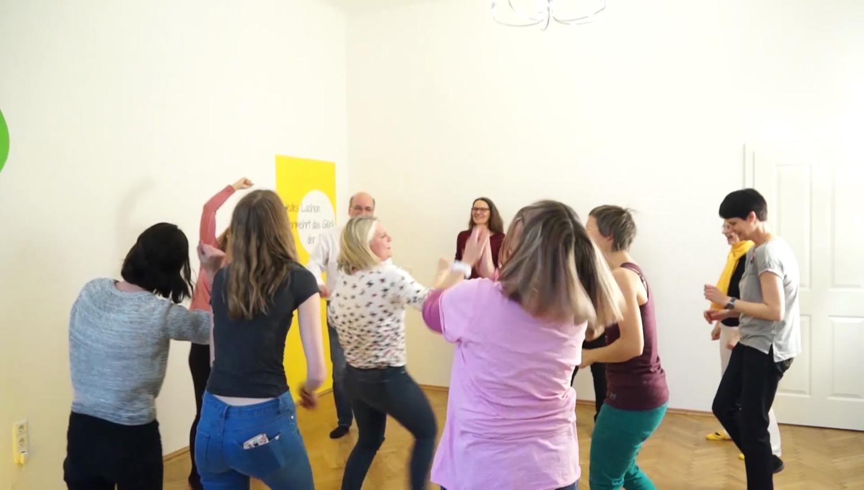Für mehr Energie und Freude: Im Lachzentrum lachen die Teilnehmer des Lachclubs ihren Alltagsstress weg.