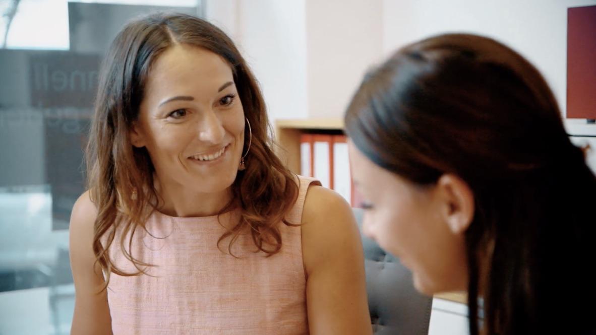 Abwechslungsreich: Neben den Bürotätigkeiten stehen regelmäßig Treffen mit Kollegen und Kunden auf dem Terminplan.