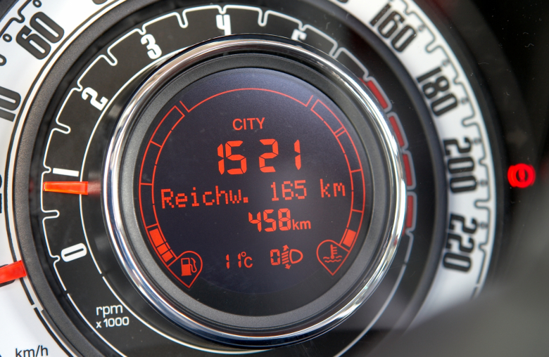 Strom laden dauert länger als tanken. Abhilfe schaffen High-Speed-Ladepunkte, die aber nicht überall verfügbar sind. Wer einkaufen fährt, sollte deshalb die Autostandzeit zum Laden nutzen.