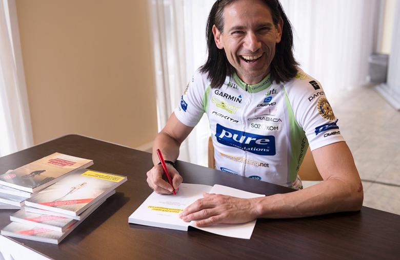 Für seine Fans signiert Jaklitsch seine Bücher.