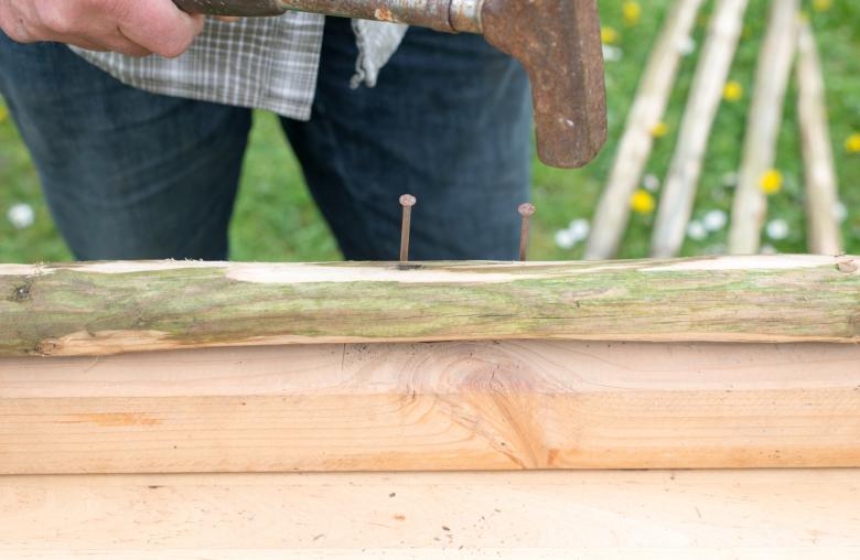 Nägel helfen bei der Positionierung des Drahts.