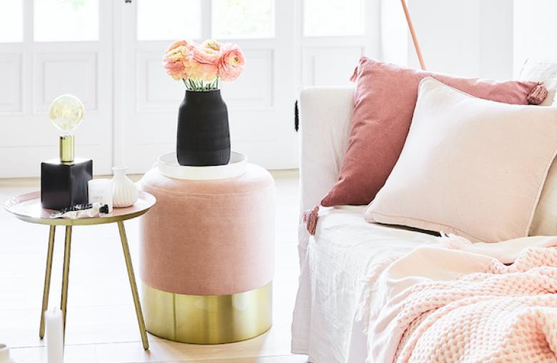Art déco im Wohnzimmer: Der Pouf von Westwing aus Messing und rosa Samt bringt den Frühling ins Wohnzimmer.
