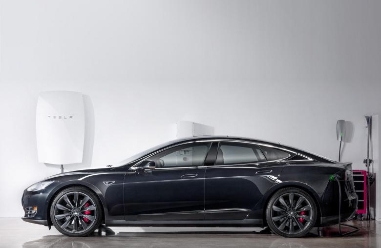 Garage der Zukunft: Nach der Vorstellung von Tesla liefert die Powerwall den Strom für das Elektroauto Model S.