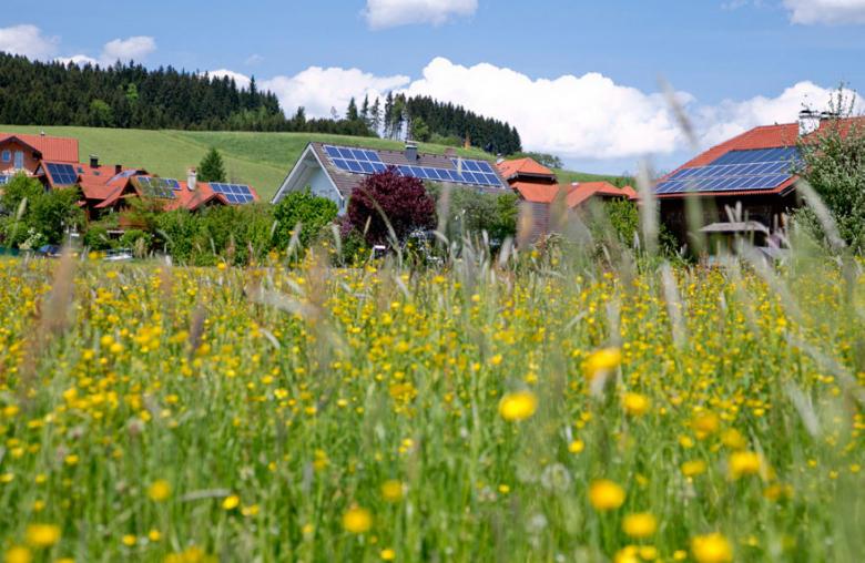 Intelligent vernetzt: Die Gemeinde Köstendorf im Flachgau testet Smart Grids mit dem Ziel, die dezentralen Erzeugerhaushalte in ein regeneratives Energiesystem einzubinden.