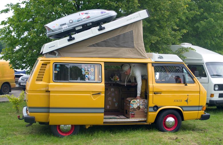 Kultig: Beim T3 Camper von VW ist im Hubdach mit Segeltuchwänden eine zweite Liegefläche untergebracht.