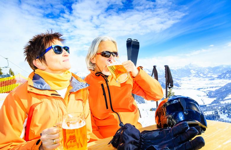 Beim Après Ski wird gerne getrunken. Dem Kater danach kann man mit einigen Hausmitteln gut begegnen.