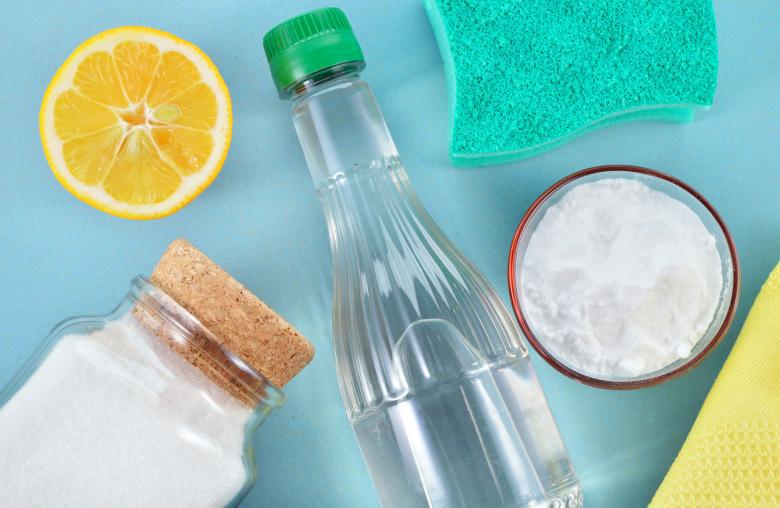 Simple Basis: Natron und Soda sind die Grundzutaten für dein eigenes Geschirrspülmittel.