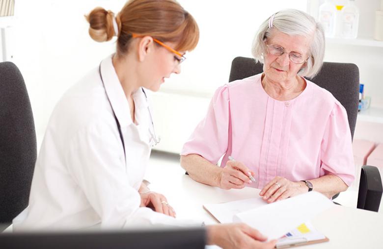 Eine Patientenverfügung muss alle fünf Jahre beim Arzt erneuert werden.