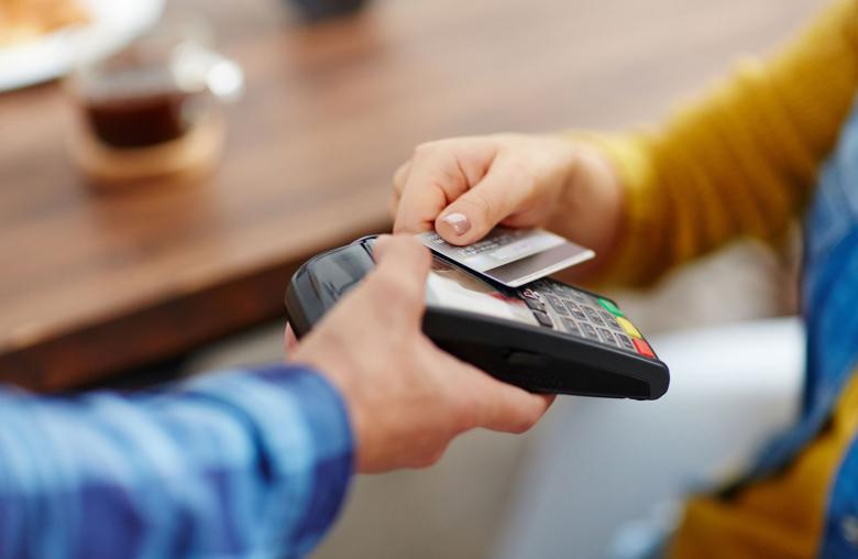 Kreditkarte, Debitkarte oder Bankomatkarte? Prüfe vor dem Urlaub, welche Karte für's Bezahlen oder die Behebung günstiger ist.