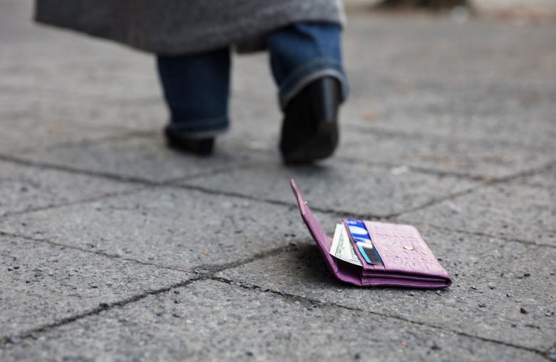 Mit Sperrhotline und Kartendaten zur Hand vermeidest du Missbrauch deiner Karte. Für den Notfall lohnt sich eine zweite Karte im Hotelsafe.